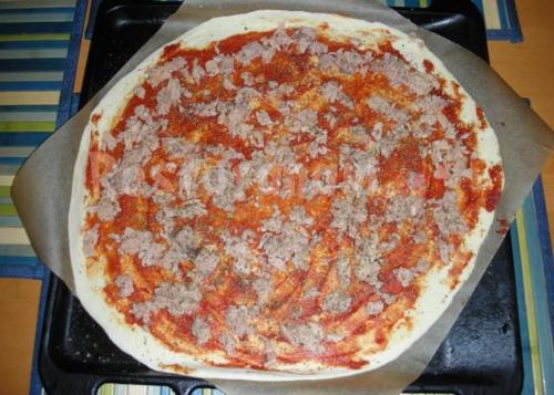 готуємо піцу з тунцем.