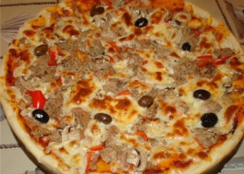 подаємо піцу з тунцем.