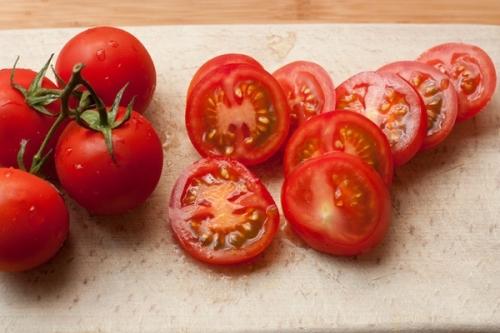 нарізаємо часточками помідори