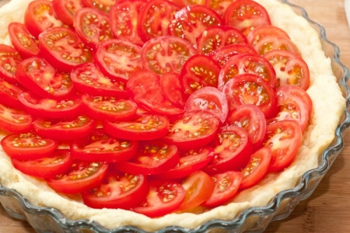 красиво розкладаємо часточки помідора