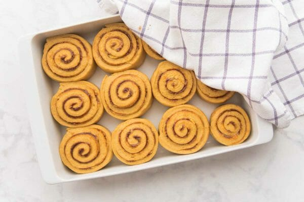 Лучшие тыквенные булочки с корицей, частично покрытые формой для выпечки.