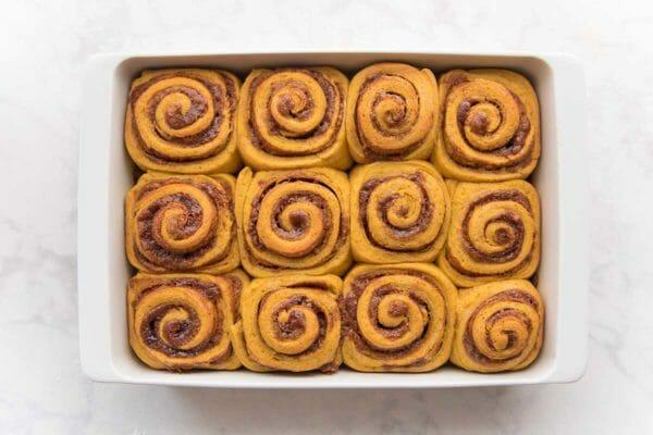 Запеченные булочки с корицей в форме для выпечки, чтобы показать, как приготовить тыкву Булочки с корицей.