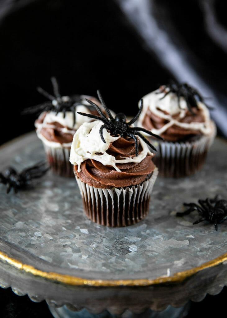 капкейки из паутины на Хэллоуин