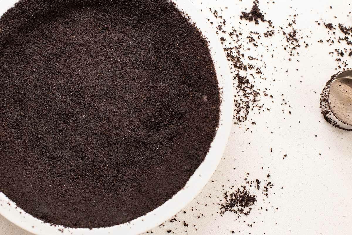 Легкий пирог с арахисовым маслом испечь корку [19659021] КАК ПРИГОТОВИТЬ ШОКОЛАДНОЕ ПЕЧЕНЬЕ </strong></h2> <p>Я считаю, что сладко-горькое шоколадное печенье является лучшим дополнением к начинке, и специально обращаюсь к <u> Знаменитые шоколадные вафли Набиско </u>чтобы получить корочку. Их вкусовой профиль очень похож на Oreos без кремовой начинки. Кроме того, они в основном предназначены для изготовления тортов и корок для пирогов — знаете ли вы кого-нибудь, кто их ест по-другому?</p> <p>Поскольку корка уже настолько темная, когда вы ее запекаете, вы не можете полагаться на визуальные подсказки для готовности, когда вы его предварительно запекаете. Вместо этого осторожно надавите на корку пальцем (она будет горячей, а мои руки сделаны из асбеста, поэтому ступайте осторожно), и если она твердая и слегка поддается, то все готово.</p> <p>Эти вафли иногда бывает сложно поднять. найти — не в каждом продуктовом магазине они есть — так что вы можете легко заменить шоколадные крекеры равного веса (включая Тедди Грэхема) на корочку. Или вы также можете попробовать этот рецепт корочки крекера из Грэма.</p> <p><img data-aspectratio=