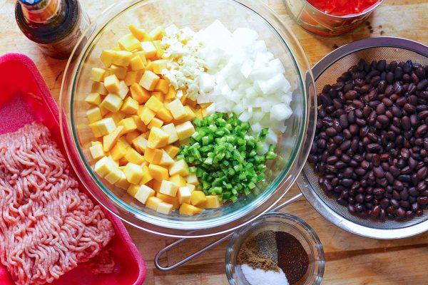 Ингредиенты для тыквенного чили в стеклянных мисках.