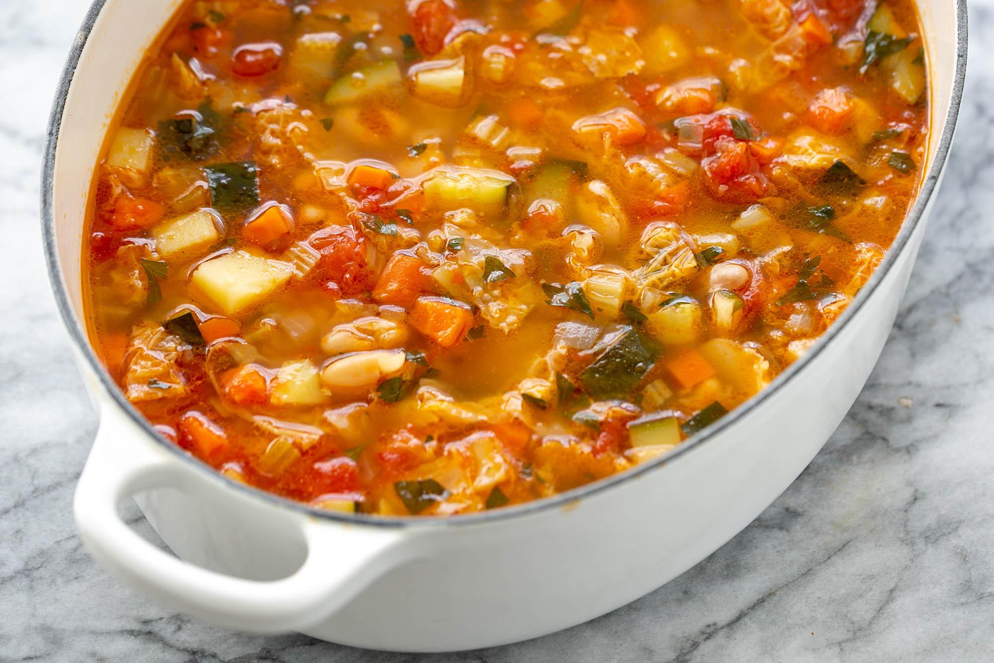 Лучший рецепт супа минестроне, подаваемого в голландской духовке