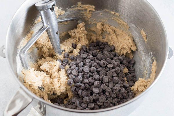 Добавление шоколадной стружки для шоколадного печенья.