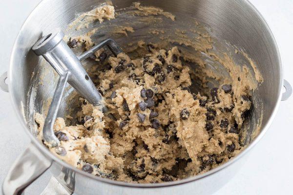 Шоколадная стружка, смешанная для получения лучшего шоколадного печенья.
