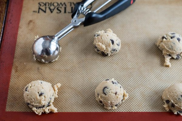Самодельное печенье с шоколадной крошкой, наложенное на силпат.