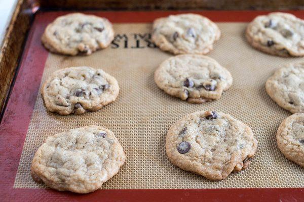 Домашнее шоколадное печенье, охлаждаемое на силпате.