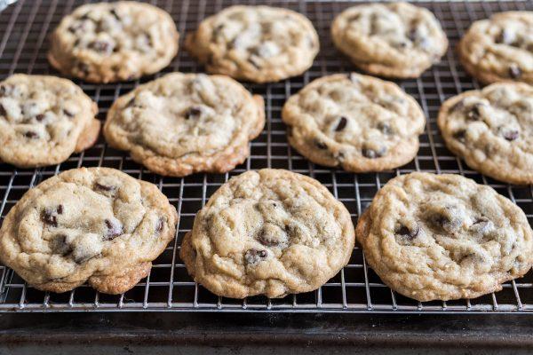 Охлаждение печенья на решетке для облегчения рецепт печенья с шоколадной крошкой.