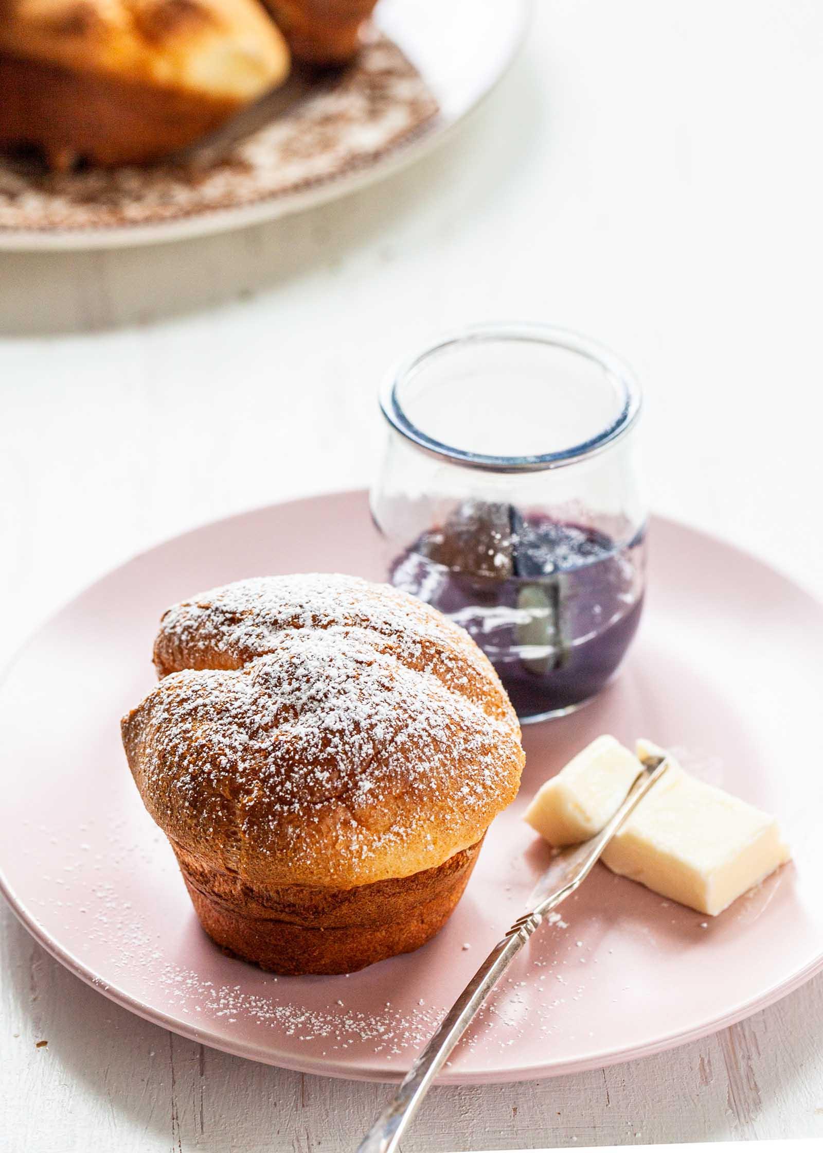 Всплывающее окно на тарелке с кусочком баночки с маслом и желе.