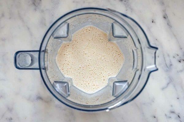 Блендер с тестом внутри для лучшего рецепта поповера.