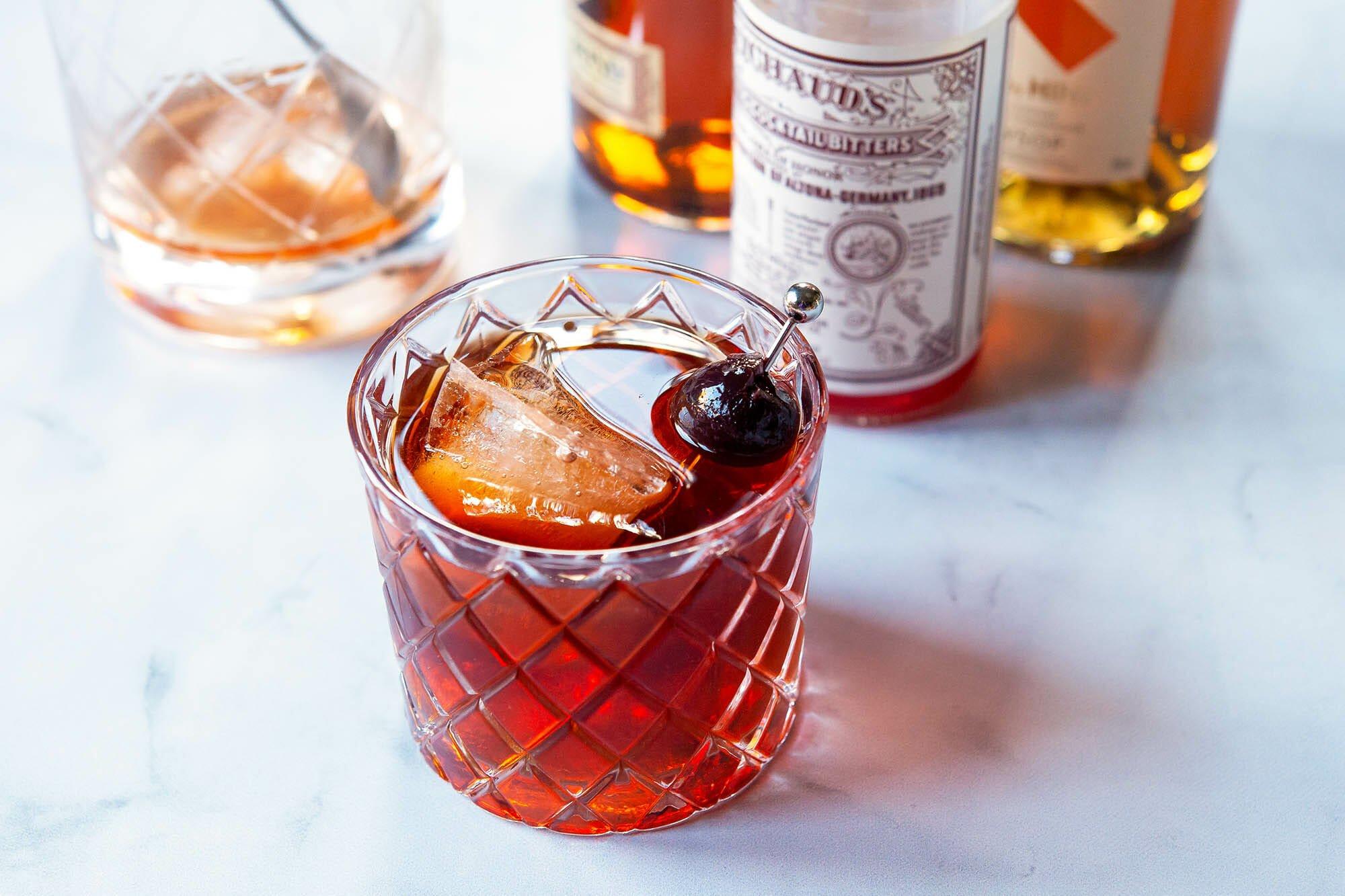 Vieux carre в бокале для виски с ингредиентами