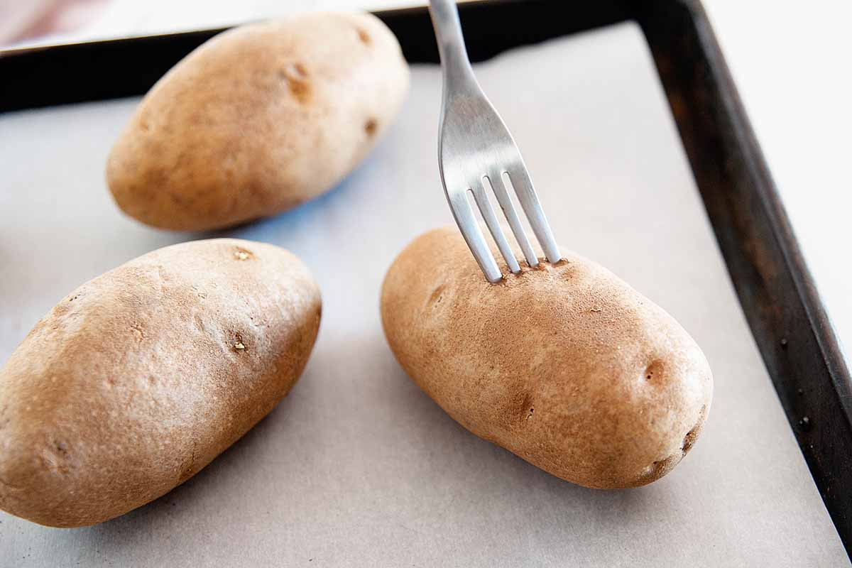 Духовка Рецепт печеного картофеля - картофель с вилками
