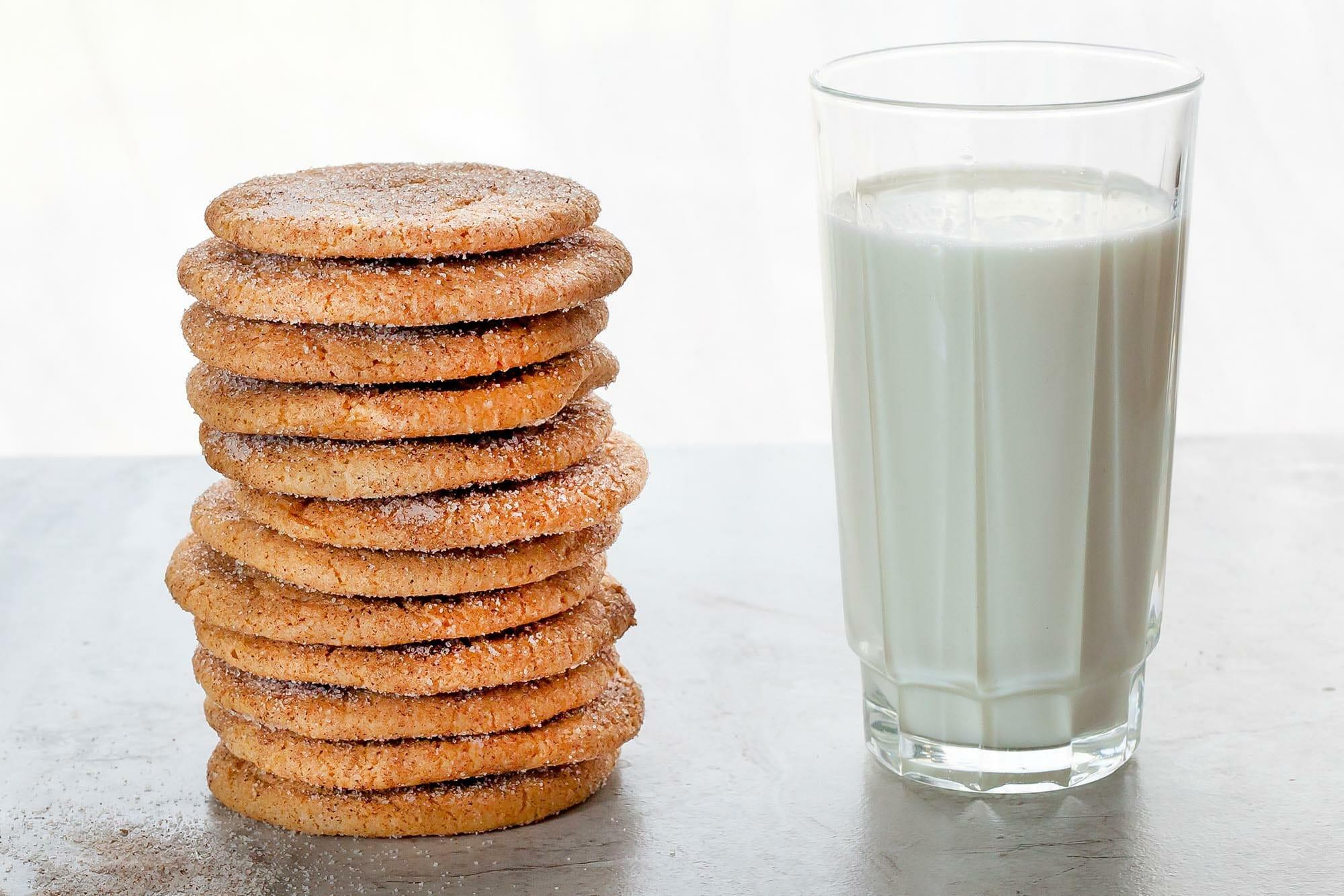 Стопка Snickerdoodle рядом со стаканом молока.
