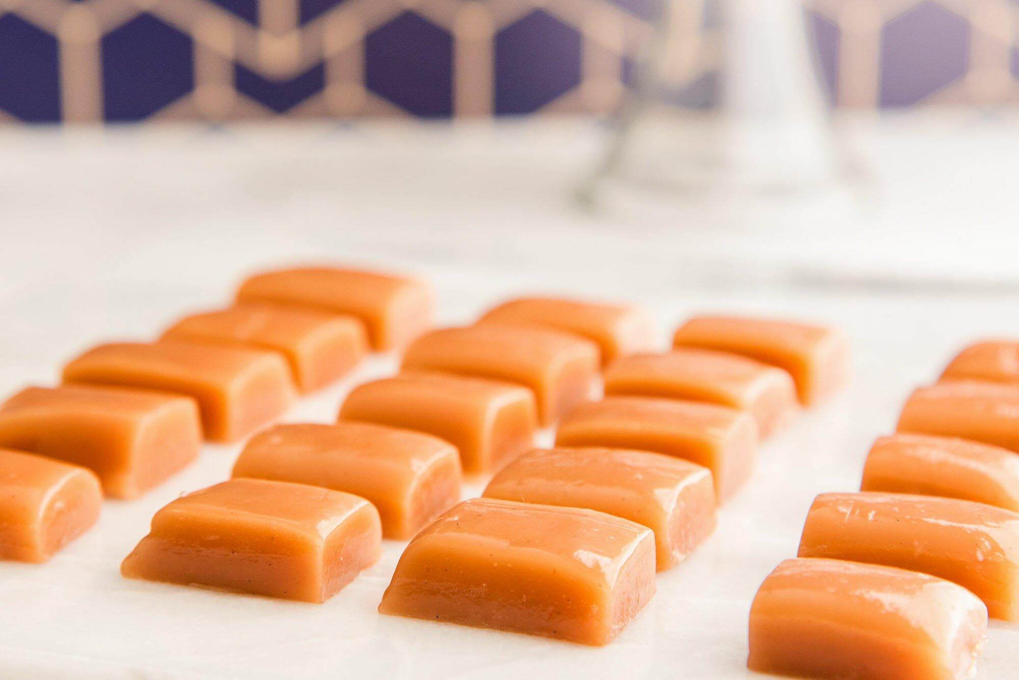 Домашние карамельные конфеты, нарезанные квадратами.