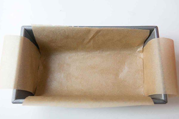 Выстелите форму для фруктового торта пергаментом