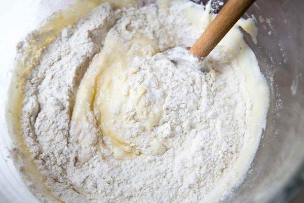 Добавьте муку в тесто для кексов и осторожно перемешайте