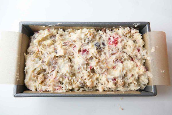 Перелейте тесто для кекса на форму для выпечки