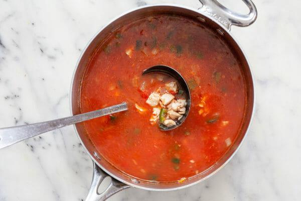 Половник супа из куриных лепешек из кастрюли