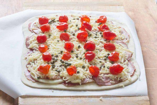 Положите сыр и перец на мясо для стромболи