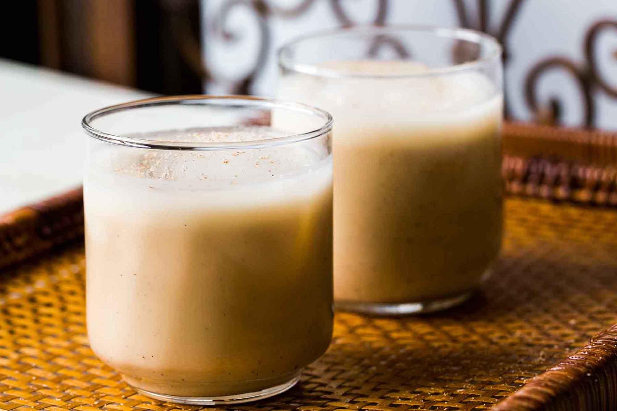 Два стакана кокито [19659008] Как приготовить кокито </strong></h2> <p> Нет ничего проще, чтобы приготовить партию кокито. Конечно, существуют разные методы, одни призывают вас разогреть ингредиенты вместе, а другие используют более простой подход. </p> <p> Наш любимый рецепт делает все проще и вкуснее: вы просто наливаете банку кокосового крема GOYA® и банку кокосового молока GOYA® в блендер вместе с двумя банками сгущенного молока GOYA® и 1/2 стакана сгущенного молока GOYA®. Добавьте немного ванильного экстракта, немного молотой корицы и немного белого рома (при желании), затем взбейте все вместе на высокой скорости, пока смесь не станет пенистой и хорошо перемешанной. </p> <p> Затем перелейте смесь в стеклянную бутылку и охладите в холодильнике. Чтобы получить удовольствие, просто встряхните свою бутылку Coquito, разлейте ее по отдельным стаканам, украсьте молотой корицей и подавайте! </p> <h2> Идеальное начало </h2> <p> Трудно отследить происхождение напитка (и поверьте нам, , мы пробовали), но одно, безусловно, верно: есть традиционалисты, и есть семьи, которые любят создавать свои собственные уникальные рецепты, варьируя количество и тип рома, подсластителя и метода приготовления. Мы предлагаем попробовать классический рецепт, подобный приведенному ниже, прежде чем приступить к самостоятельной работе! </p> <h2><strong> Веселые вариации кокито </strong></h2> <p> Мы любим потягивать эту классическую версию кокито на протяжении всего курортного сезона, но, как и многие другие рецепты, это напиток, с которым можно поиграть. Не относитесь к себе слишком серьезно, экспериментируйте и получайте удовольствие! Вот несколько наших любимых поворотов: </p> <ul> <li><strong> Не пейте алкоголь? </strong> Не пейте ром и сделайте его безалкогольным для всех дома! </li> <li><strong> Попробуйте другие зимние специи </strong> в дополнение или вместо корицы. Хороший выбор — молотый мускатный орех, имбирь, гвоздика и душистый перец, </li> <li><strong> Проявите творческий подход с 