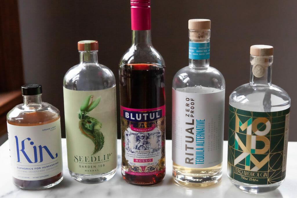 Не- алкогольные спиртные напитки выстроились в очередь на столе.