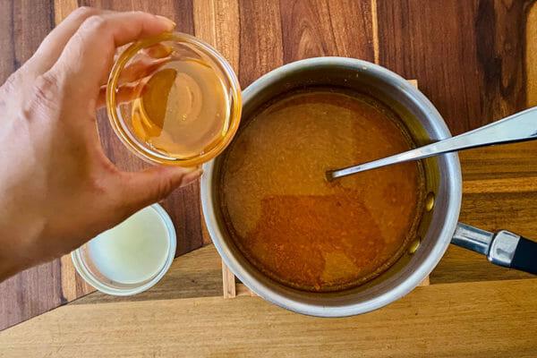 Ингредиенты, добавленные в кастрюлю для приготовления эликсира куркумы и имбиря.