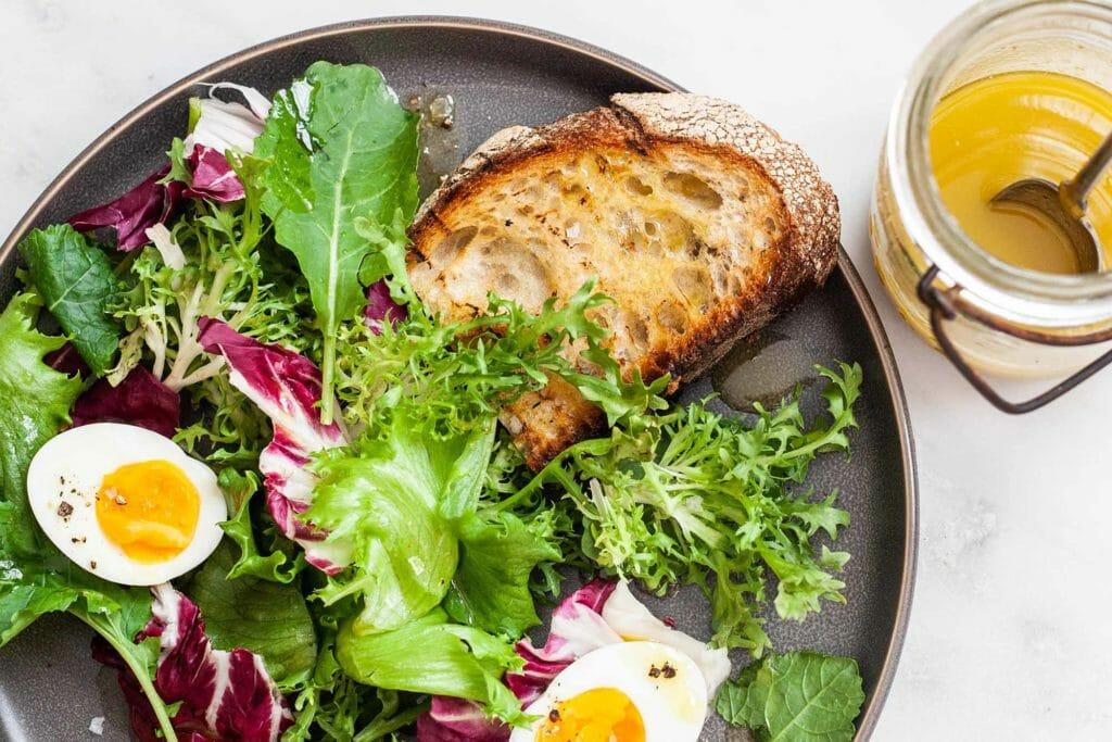 Салат простой гарнир - зелень салата с яйцами вкрутую и тостами
