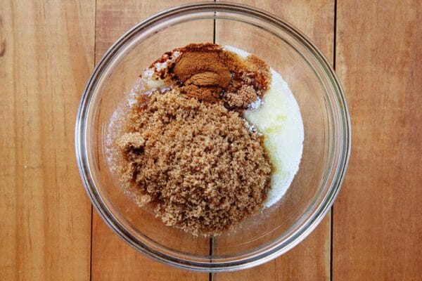 В стеклянной миске есть специи, топленое масло и коричневый сахар для домашней начинки для королевского торта.