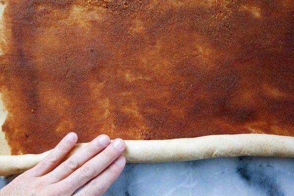 Как приготовить King Cake - раскатывая тесто с начинкой внутри.