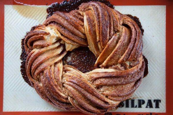 Easy King Cake золотисто-коричневый и охлаждение на силпате.