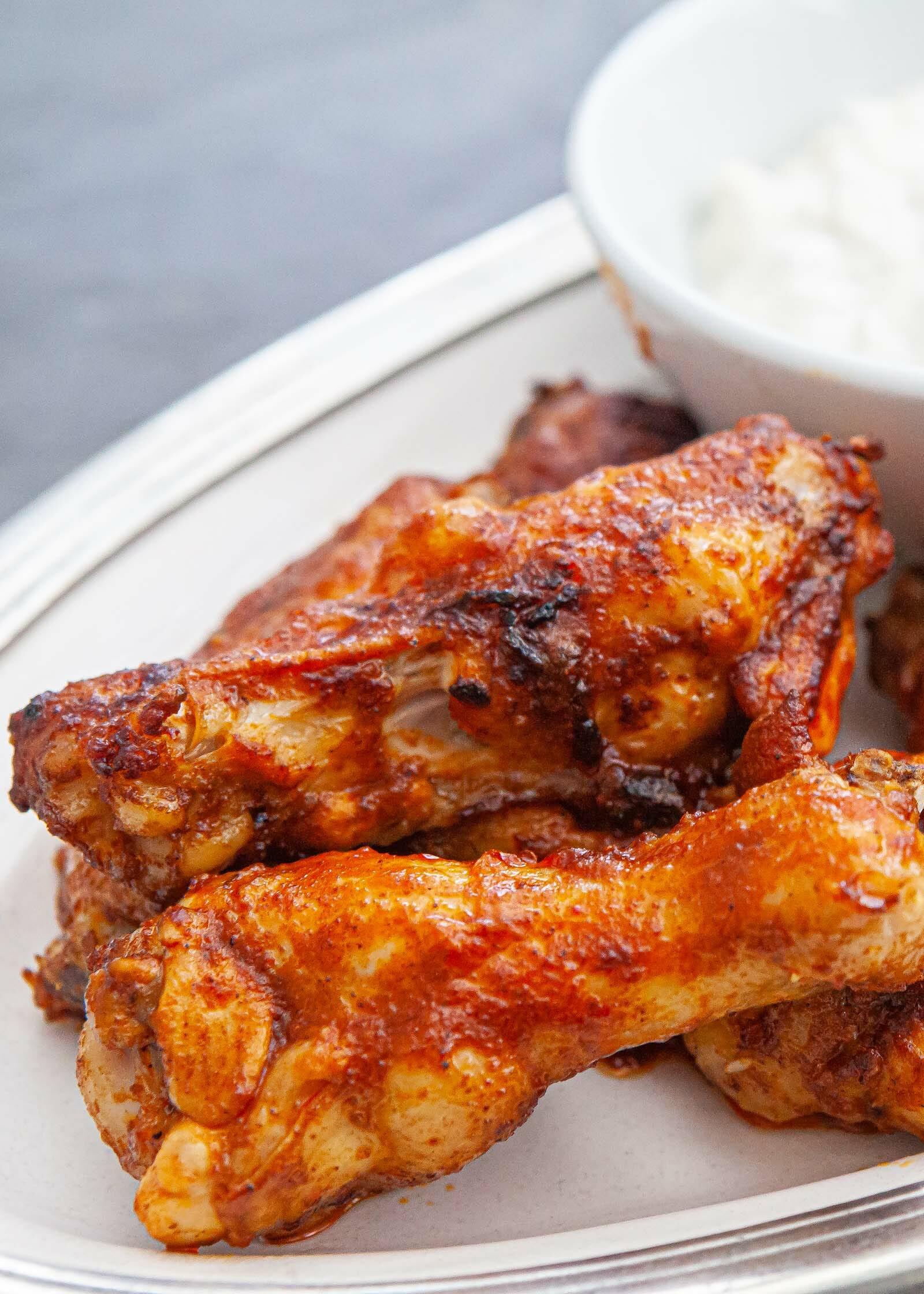 Как приготовить горячие крылышки с соусом из буйвола и соусом из голубого сыра.